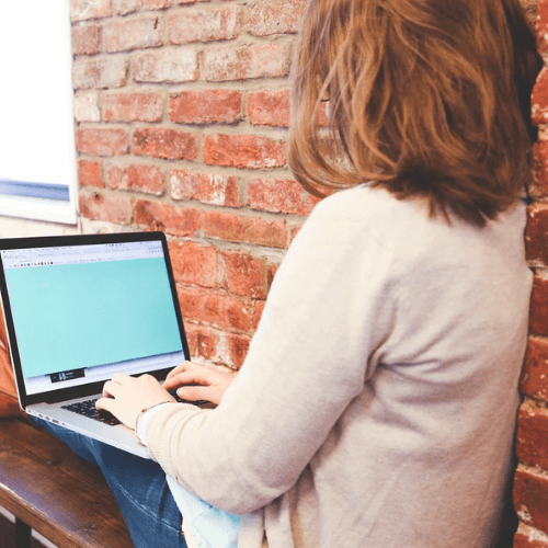 パソコンで学習している女性
